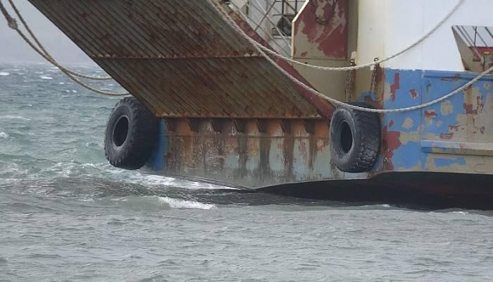 Karaya oturan feribotu kurtarma çalışmaları için fırtınanın etkisini kaybetmesi bekleniyor (VİDEO)