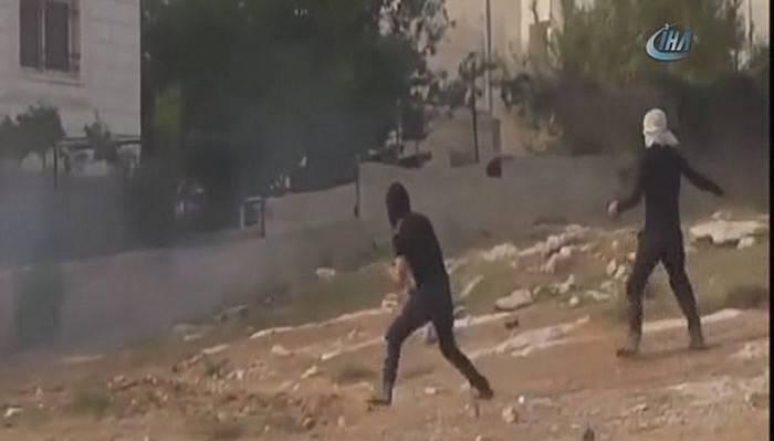 Filistinli gençlerden İsrail askerine taşlı saldırı