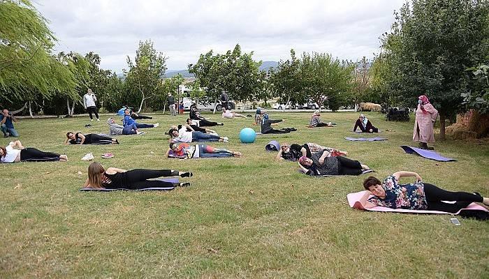 Şalvarlarıyla pilates eğitimine katıldılar (VİDEO)