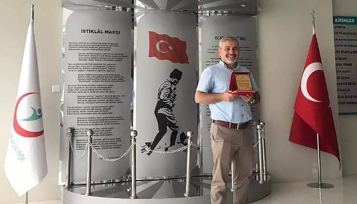 EMEKLİYE AYRILAN DOKTORA PLAKET VERİLDİ
