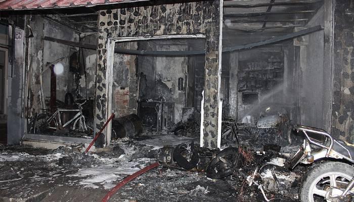 Tamircide yangın; motosikletler ve dükkan kullanılamaz hale geldi (VİDEO)