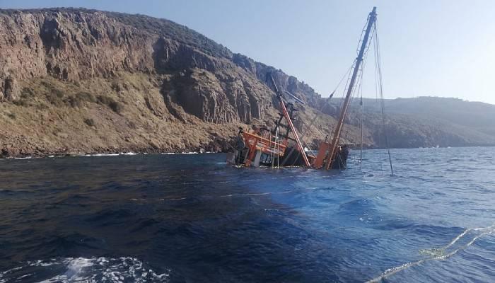 Ayvacık açıklarında karaya oturan gırgır teknesi battı