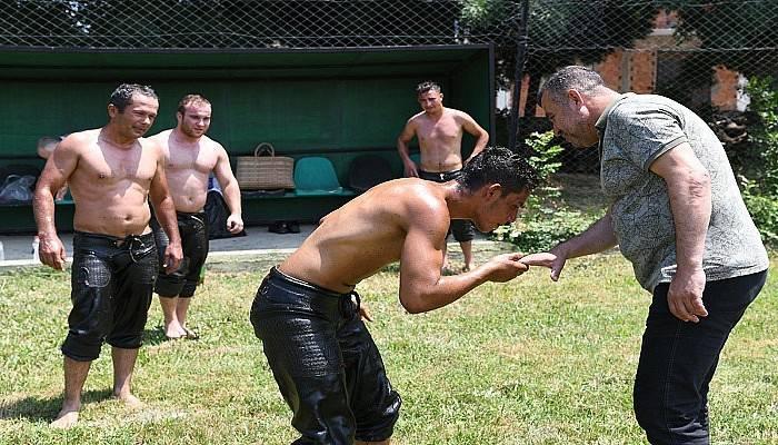 Güreş Ağası Arslan, güreşçileri antrenmanlarında ziyaret etti