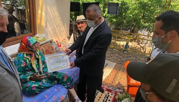 Cennet Annesi Habibe Tunç'a fidan sertifikası takdim edildi
