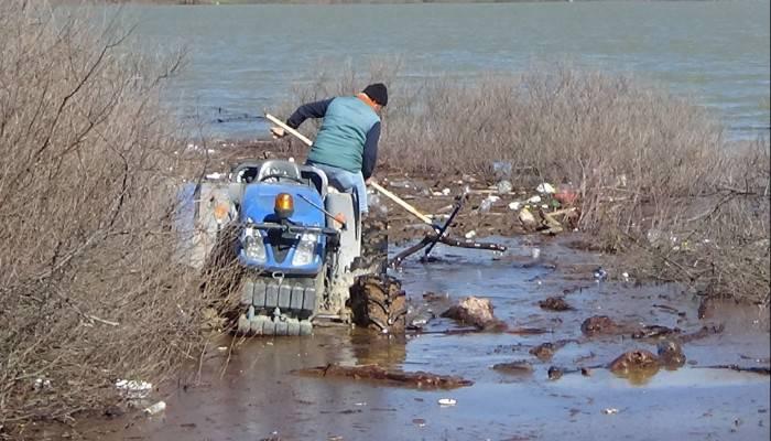 Bayramiç Barajı havasındaki atıkları üreticiler temizliyor
