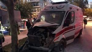 Otomobil ambulansla çarpıştı: 3 sağlık personeli yaralı