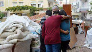 Kirayı ödeyemeyip evden atılan 6 çocuk babasının sokakta eşya nöbeti