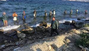 Bellerine kadar denize girip, lüfer avladılar (VİDEO)