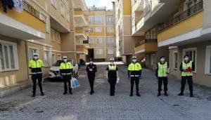 Ayvacık'ta Polis ve Jandarmadan evde kalan çocuklara hediye